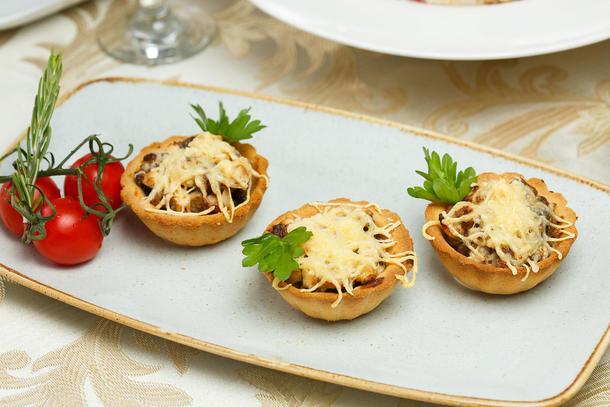 Тарталетка с жульеном из курицы и грибов