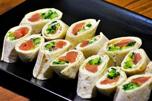 Тортилья с красной рыбой и помидорами чери