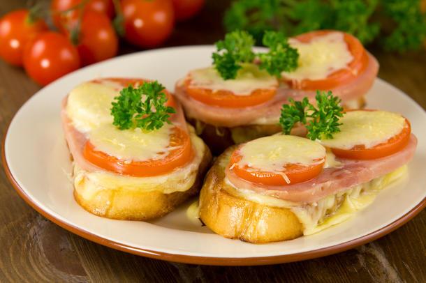 Брускета запечённая с бужениной и томатом