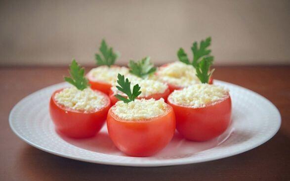 Мусс творожно-сырный с чесноком на дольках свежего томата