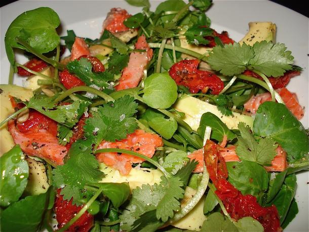 Салат с красной рыбой нежносоленой