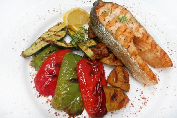 Стейк из красной рыбы с овощами-гриль