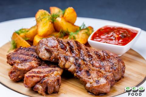 Ломоть свиной шеи  с отварным картофелем и томатным соусом