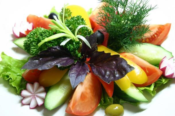Свежие овощи к мясу-гриль