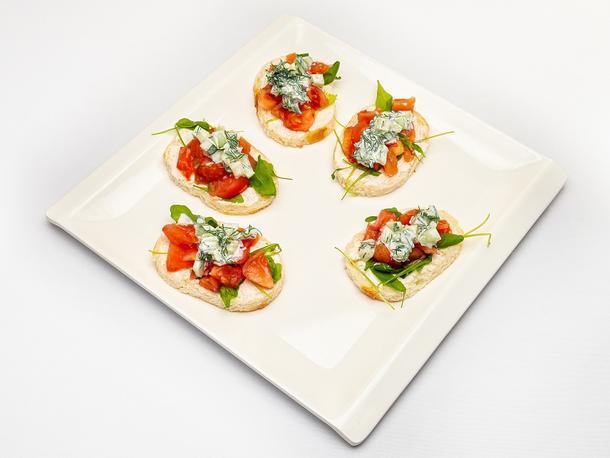 Брускетта с томатами канкасе и греческим соусом