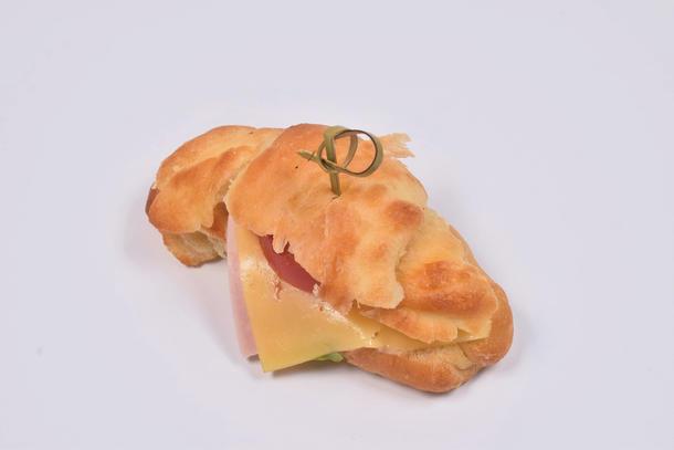Круасан-сэндвич с сыром и ветчиной