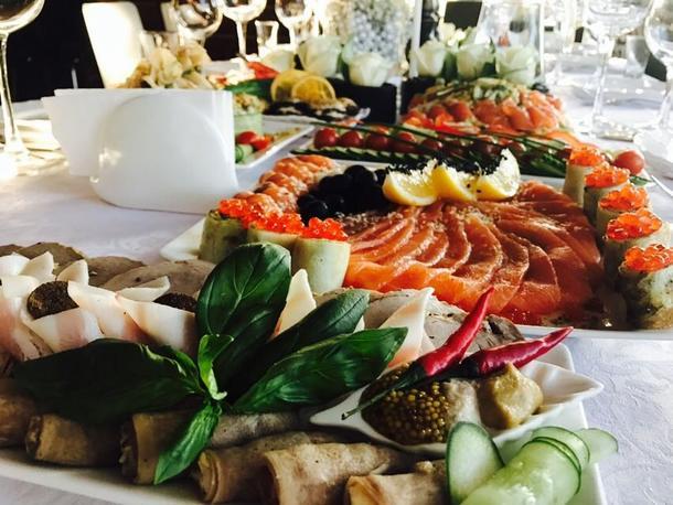 Маринованный лосось с легким микс-салатом и крутонами с нежнейшим сыром