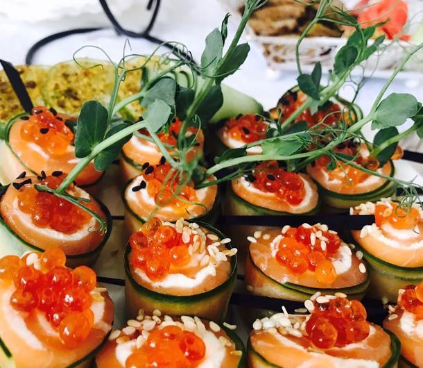 Ассорти мини-брускетт с морепродуктами, сливочным сыром и овощами (5 шт)