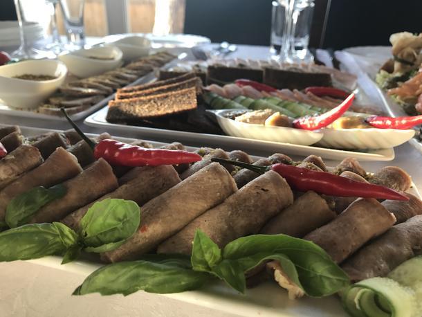 Ассорти мясное - говяжий язык, сочный ростбиф, рулет из индейки с фисташками, соус айоли