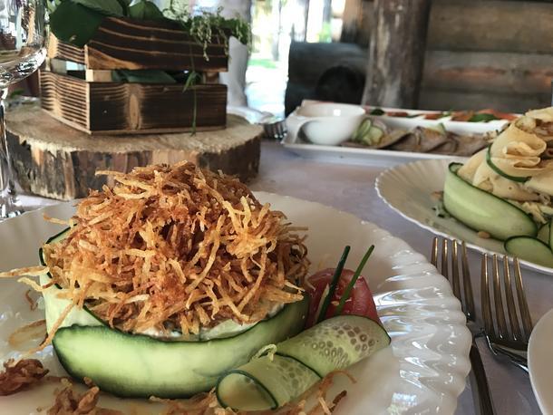 Салат с ростбифом, черри, микс-салатов и ароматной ореховой заправкой
