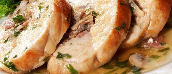 """Филе """"Миндальное"""" - куриное филе, фарш. сыром, обжареное в миндальных хлопьях с брусничным соусом"""