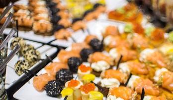 Итальянские канапе с маринованным лососем и пряным сыром