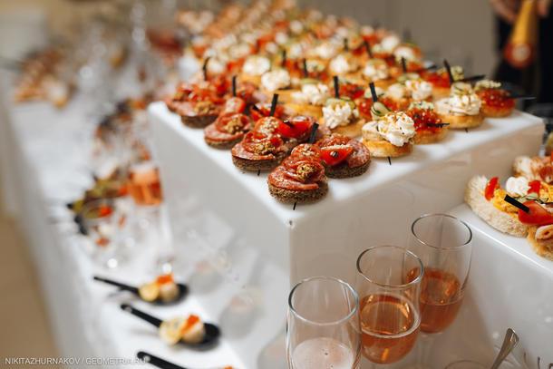 Канапе с салями, зернистой горчицей и томатами черри