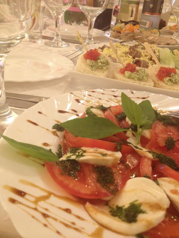 Капрезе - томаты, моцарелла, оливковое масло, базилик