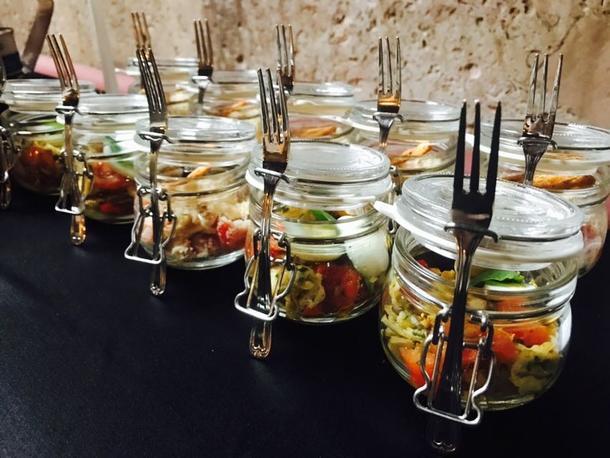 Салат из копченого лосося, салата-микс, свежего огурчика