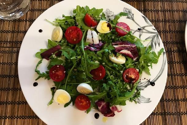 Салат с пряной куриной грудкой, перепелиным яйцом и овощами микс
