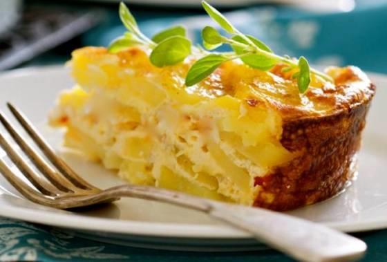 """Картофель """"Граттен"""", запекается со сливками и сыром"""
