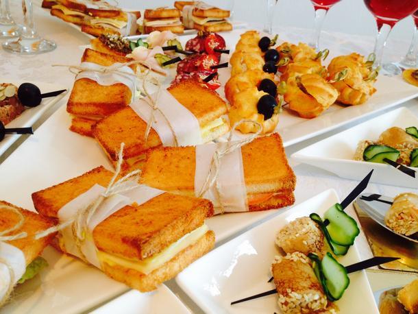 Сэндвич с ветчиной, зеленым салатом, сыром и соусом