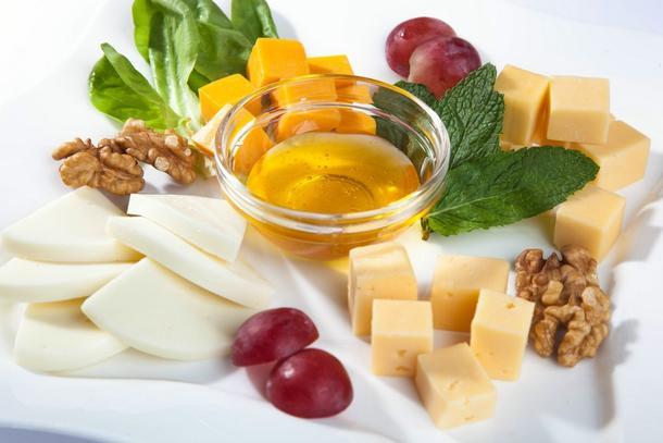 Сырное плато из твердых и мягких сыров