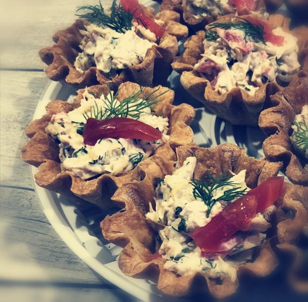 Тарталетка с рукколой, форелью, томатами-черри