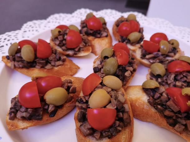 Брускетта с грибами и томатами