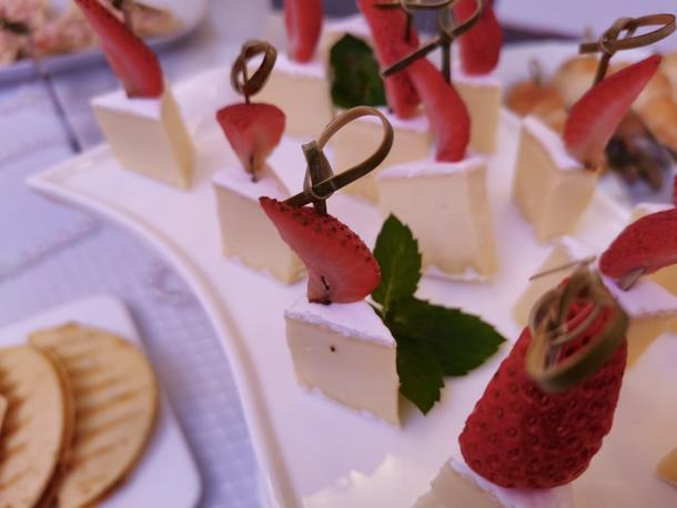 Сыр Бри с клубникой и  свежей мятой
