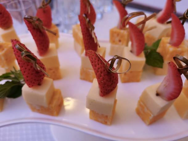 Канапе с сыром и сезонной ягодой