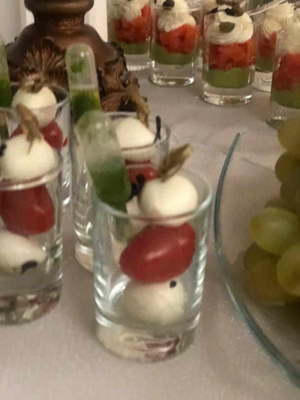 Мини-Моцарелла с черри томатами и соусом Песто